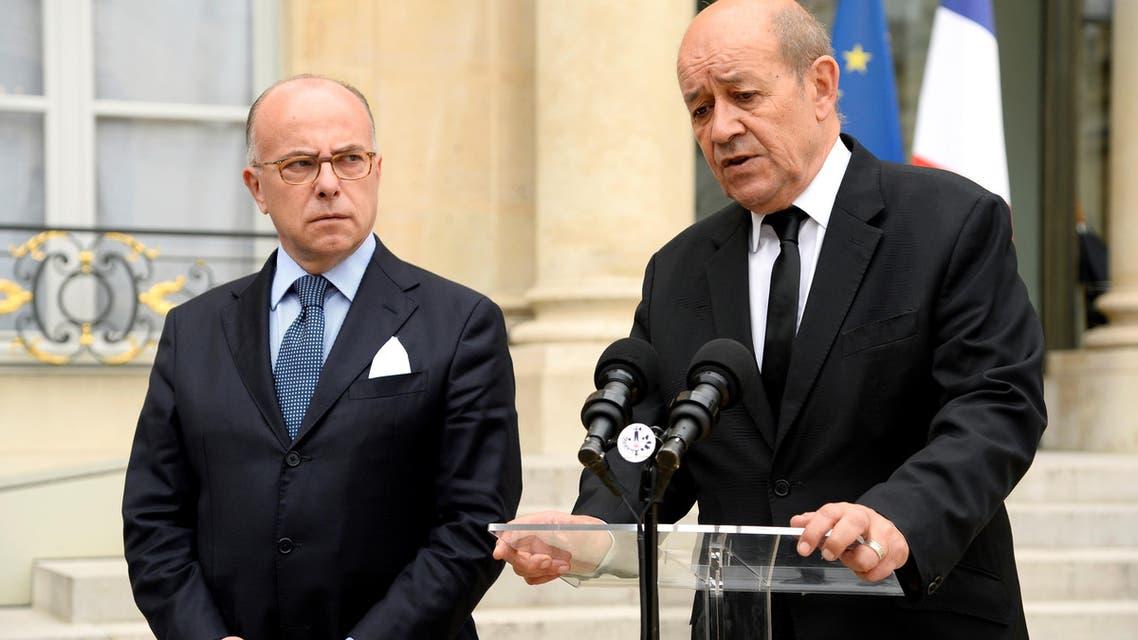 وزير الداخلية الفرنسي ينظر إلى وزير الدفاع خلال مؤتمر صحافي