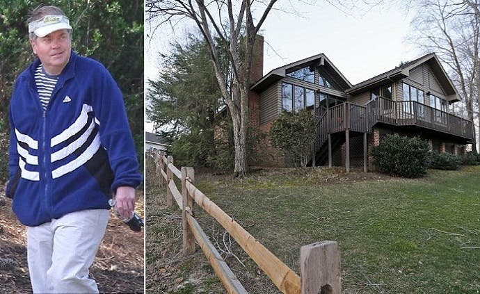 إلا أن هينكلي سيقيم في مدينة وليامزيورغ، بهذا البيت مع والدته التي لا تزال على قيد الحياة، وعمرها 90 سنة
