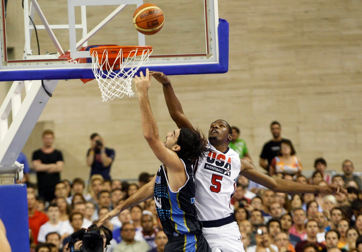 U.S. Olympic basketball player Kevin Durant (R) challenges Argentina's Luis A. Scola during an exhibition game ahead of the 2012 London Olympic Games at Palau Sant Jordi in Barcelona July 22, 2012. REUTERS