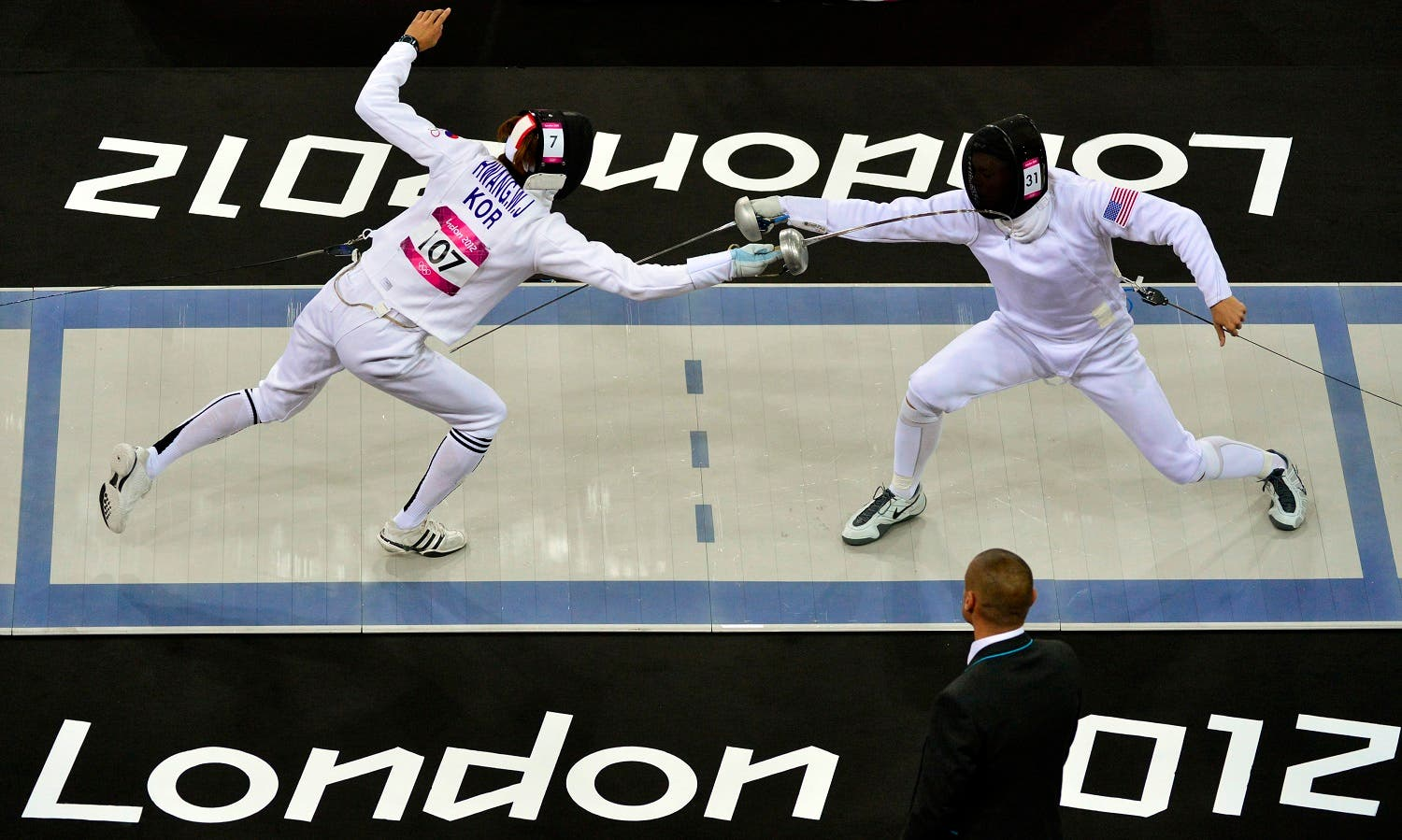 South Korea's Hwang Woojin (L) competes against Dennis Bowsher of the U.S. during the fencing event of the men's modern pentathlon during the London 2012 Olympics at the Copper Box August 11, 2012. REUTERS/Toby Melville (BRITAIN - Tags: SPORT OLYMPICS PORT MODERN PENTATHLON SPORT FENCING)