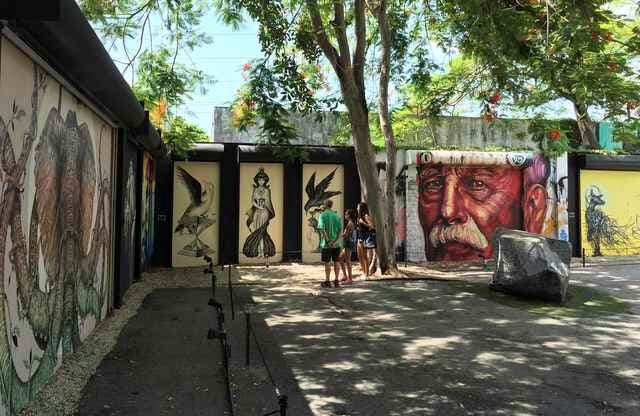 Tourists visit the Wynwood Walls, a popular outdoor graffiti exhibit that also falls in the approximately one-mile area where Florida Governor Rick Scott and state health officials announced one woman and three men contracted the Zika virus locally, in Miami, Florida (Photo: Reuters)