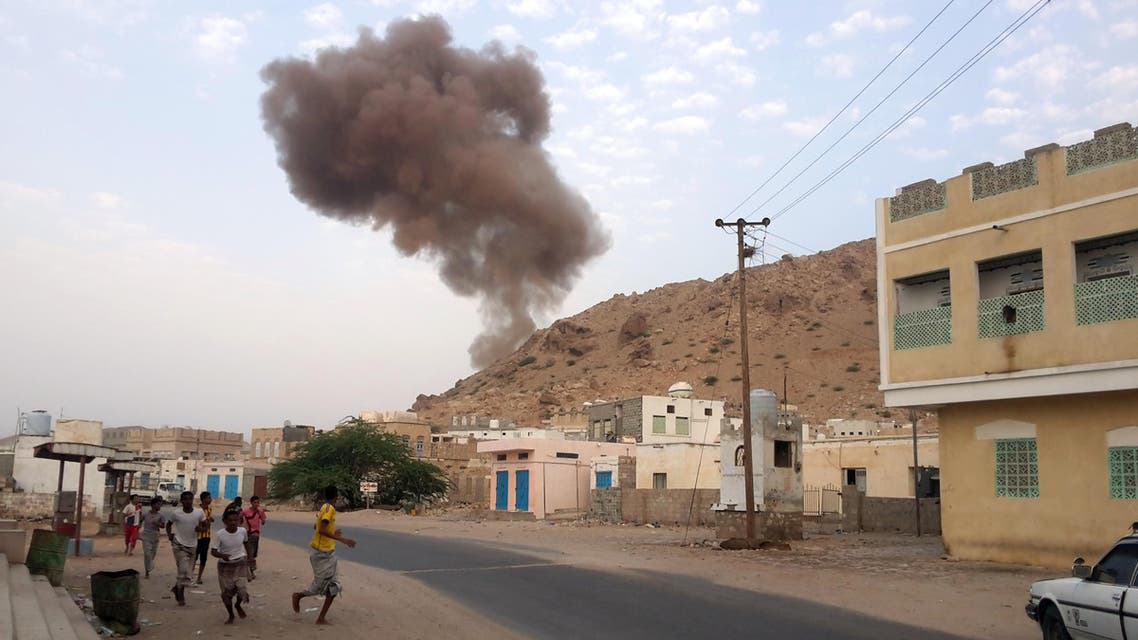 Yemenis run for cover as smoke rises following a car bomb attack at an army checkpoint at the entrance to the town of Hajr, located some 15 kilometres (nine miles) to the west of Mukalla, the capital of Yemen's southeastern Hadramawt province on July 18, 2016. AFP