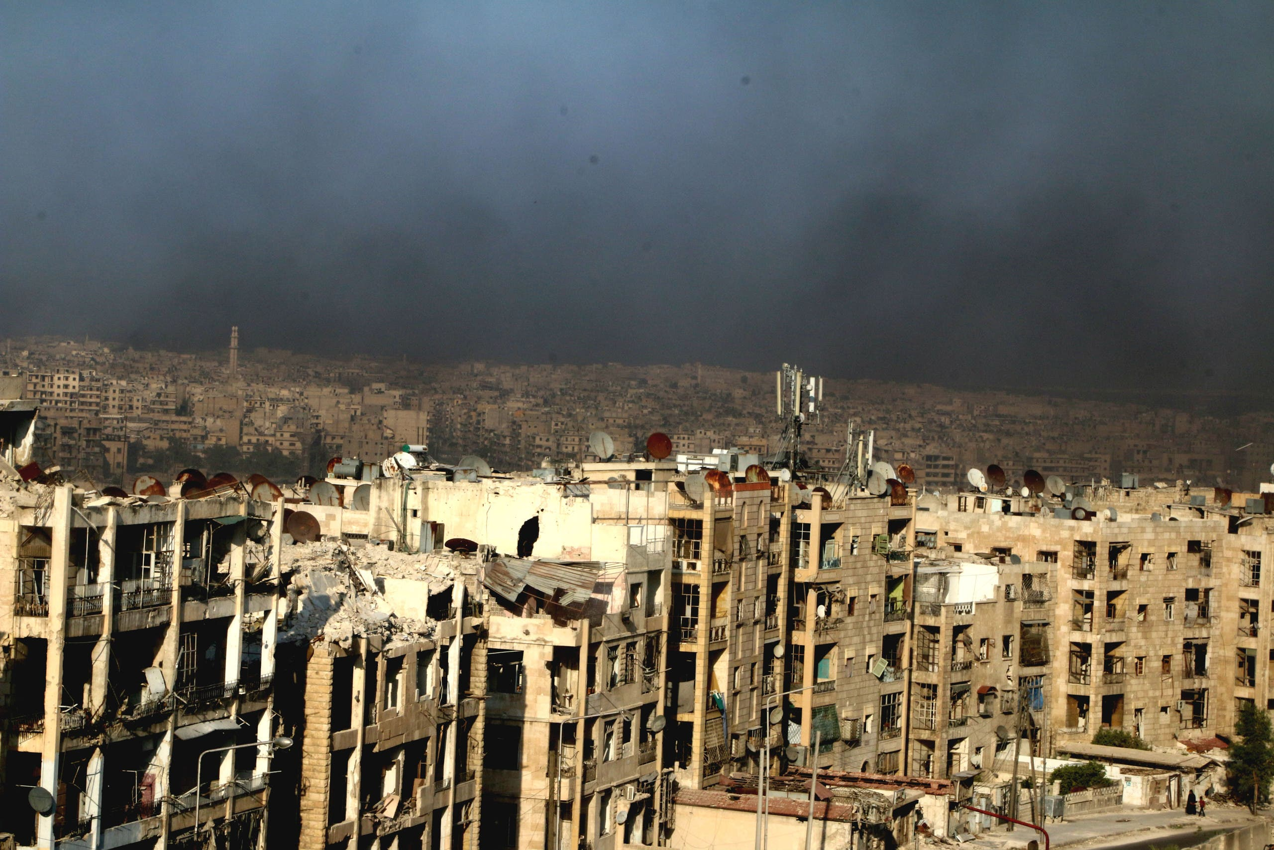 A general view shows rising smoke from burning tyres, which activists said are used to create smoke cover from warplanes, in Aleppo, Syria August 1, 2016. (Reuters)