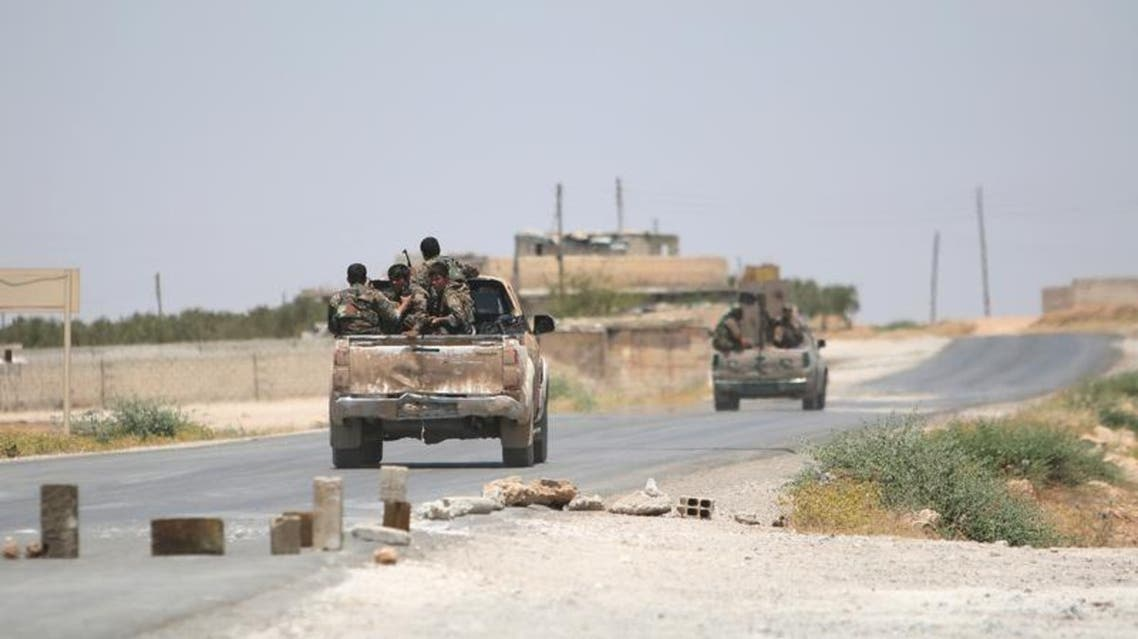 عناصر من قوات سوريا الديمقراطية على طريق بالقرب من منبج في صورة بتاريخ 25 يونيو حزيران 2016. تصوير: رودي سعيد - رويتر