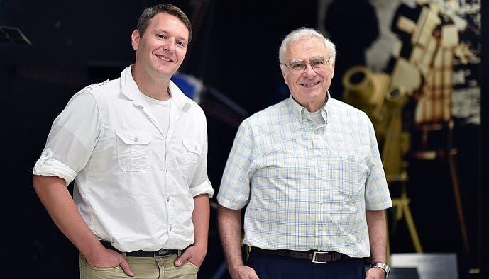 الفلكي كارل باتامس (الى ليسار) مع زميل آخر، هو من الناشطين بدراسة المذنبات المقتربة عادة من الشمس