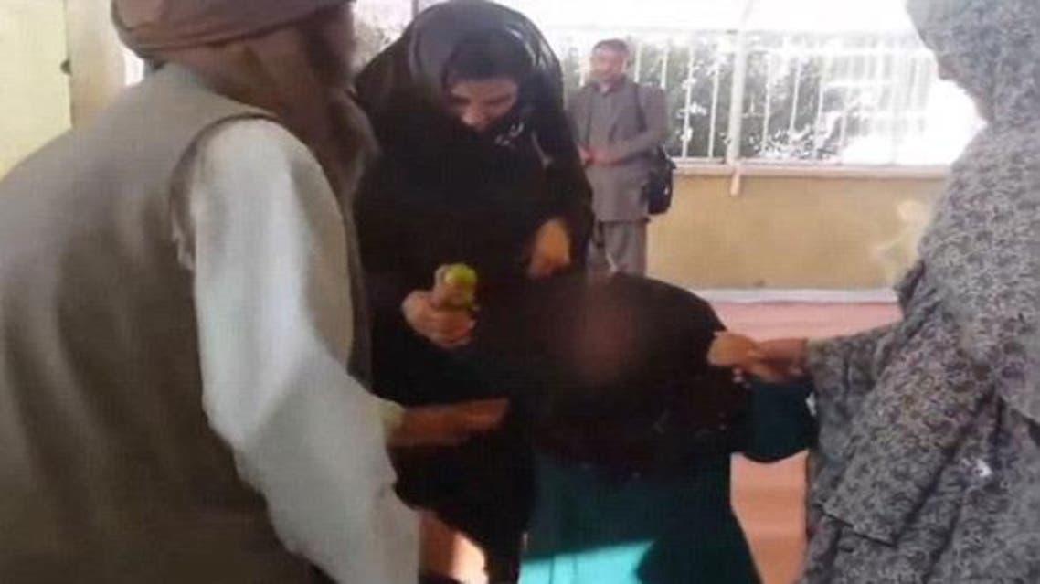 "نساء يضربن أفغانياً زوج طفلته مقابل ""ماعز"