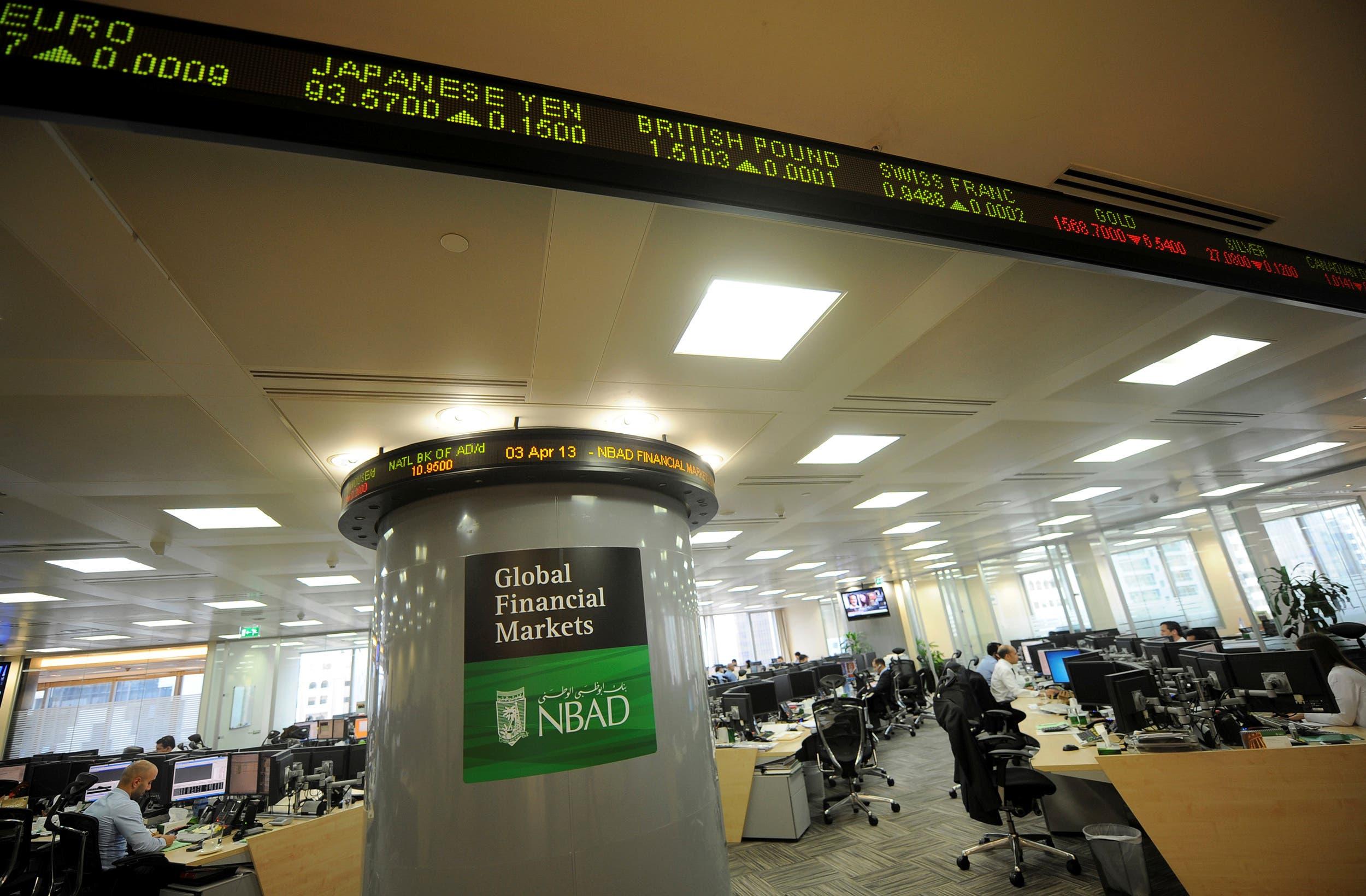 Des employés sont vus dans les bureaux du siège de la Banque nationale d'Abou Dhabi (NBAD), Émirats arabes unis, le 3 avril 2013 (Reuters)