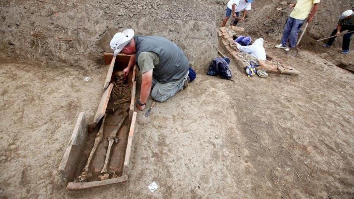 علماء آثار يعملون في موقع يبعد نحو 100 كيلومتراً شرق بلغراد - رويترز