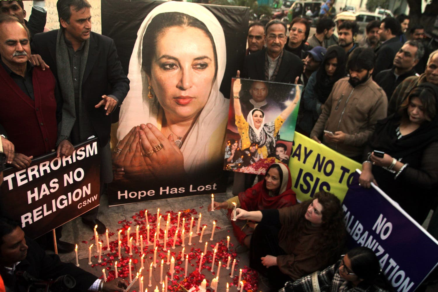 Supporters of Pakistan's slain leader Benazir Bhutto take part in a memorial in Lahore, Pakistan. (AP)