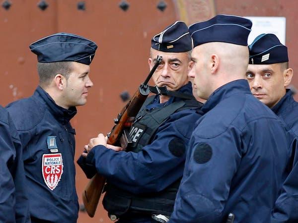 رجل يفتح النار ويصيب شخصين قرب متجر غرب باريس