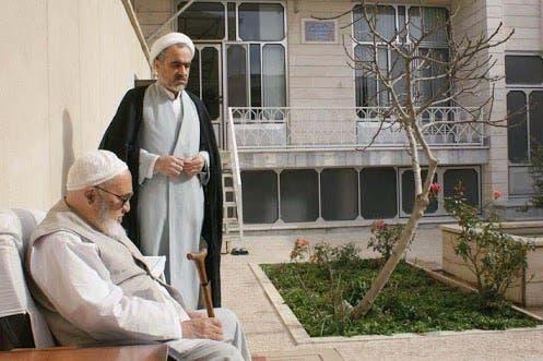 أحمد منتظري يقف إلى جانب والده المرجع حسين علي منتظري