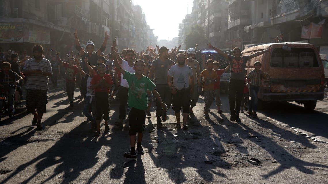 سوريون في حلب خرجوا بعد فك المعارضة حصار المدينة - فرانس برس