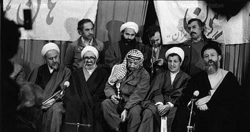 منتظري إلى يسار الزعيم الفلسطيني الراحل ياسر عرفات مع عدد من قادة الثورة الإيرانية 1979