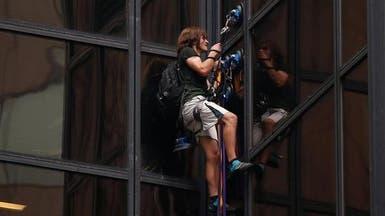 ماذا يفعل هذا الرجل فوق برج ترامب؟