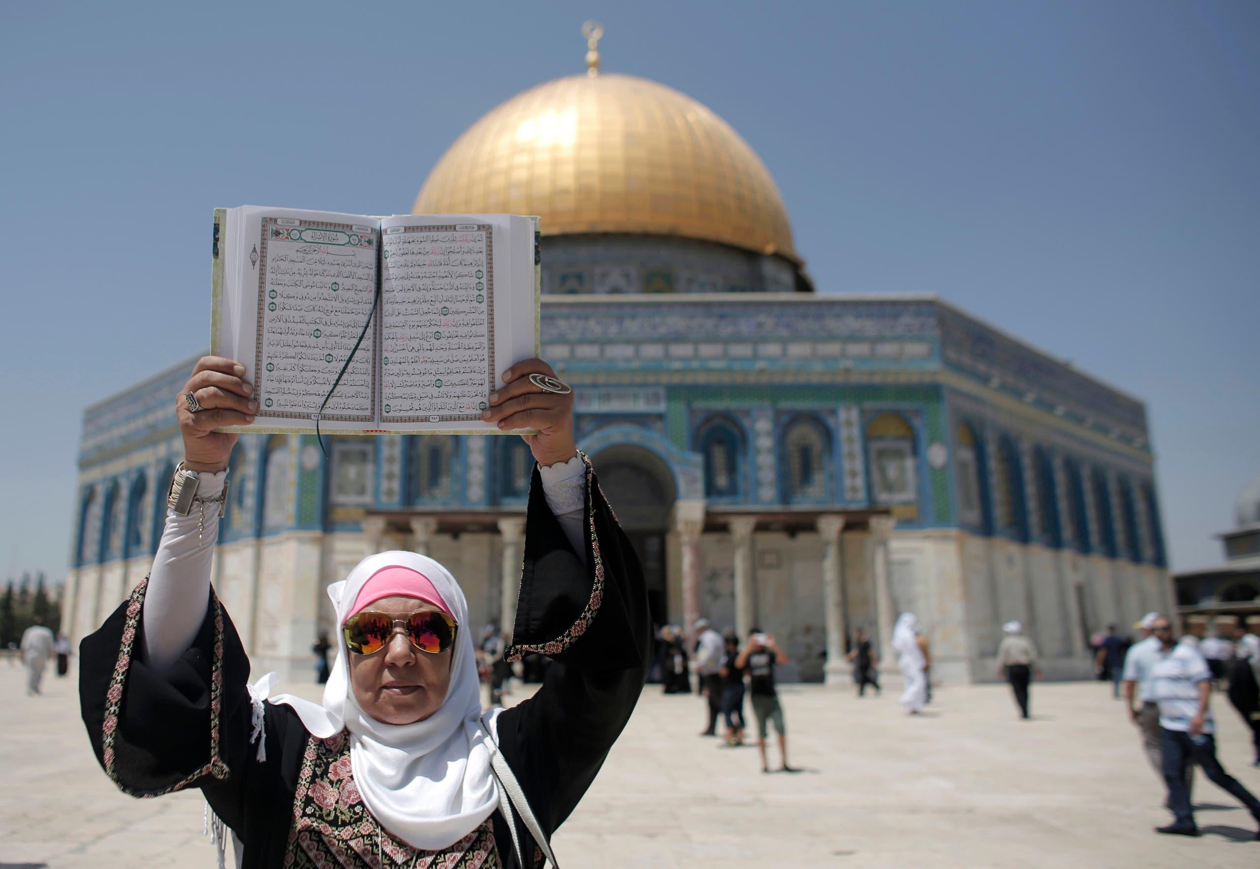 سيدة فلسطينية تحمل المصحف الشريف في المسجد الأقصى