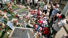 Elvis fans make pilgrimage to his gravesite at Graceland