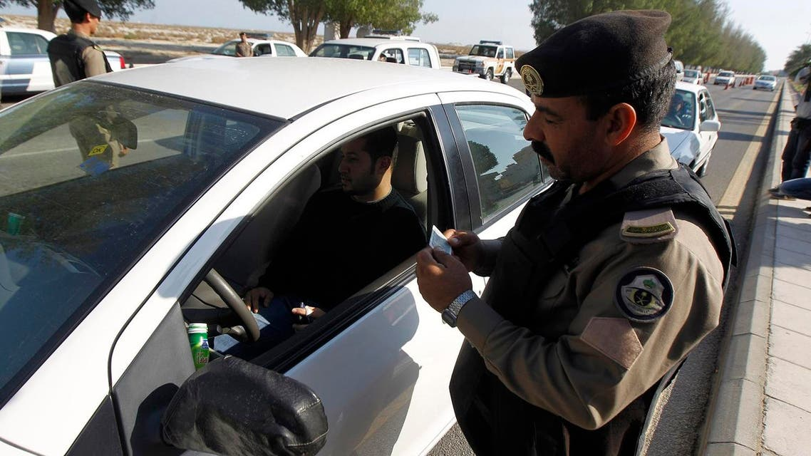 A Saudi police officer checks the driving license of a driver at a security checkpoint in Saudi Arabia's eastern Gulf coast town of Qatif November 25, 2011. (File photo: Reuters)