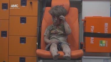 مشهد صادم لطفل سوري انتشلوه من تحت الأنقاض