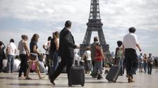 السياح يتوافدون بأعداد أقل إلى أول وجهة سياحية بالعالم