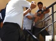 """بالفيديو.. شرطي يبتلع """"رشوته"""""""
