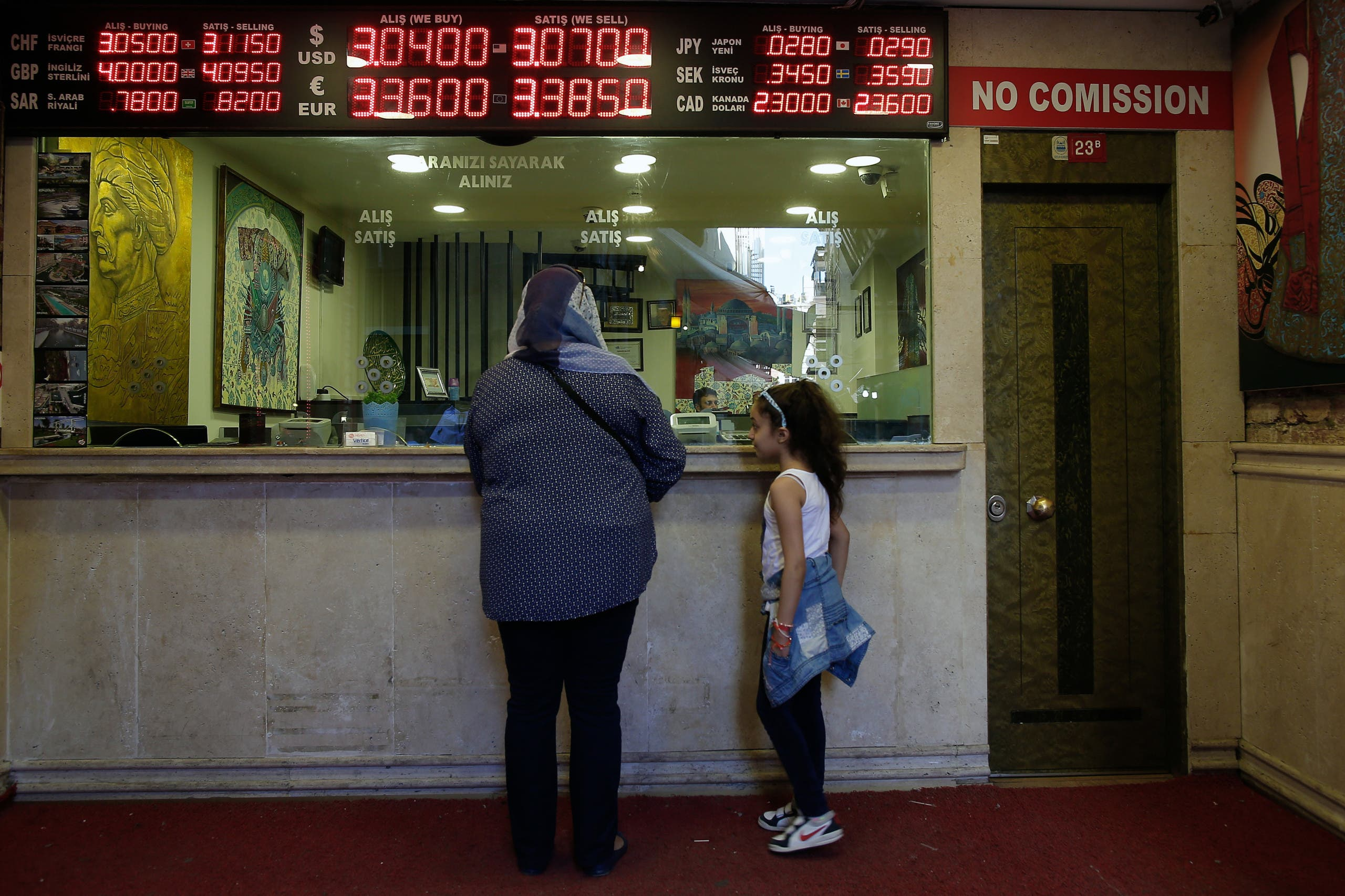 A board shows exchange rates at a foreign currency shop in central Istanbul. (File photo: AP)