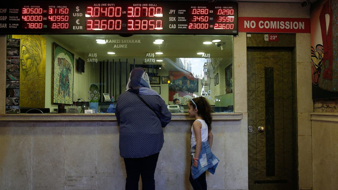 A board shows exchange rates at a foreign currency shop in central Istanbul, Thursday July 21, 2016. Turkey's central bank has cut a key interest rate to help shore up the economy, days after an attempted coup. Turkish stocks are way down from pre-coup levels, as is the Turkish lira. (File photo: AP)