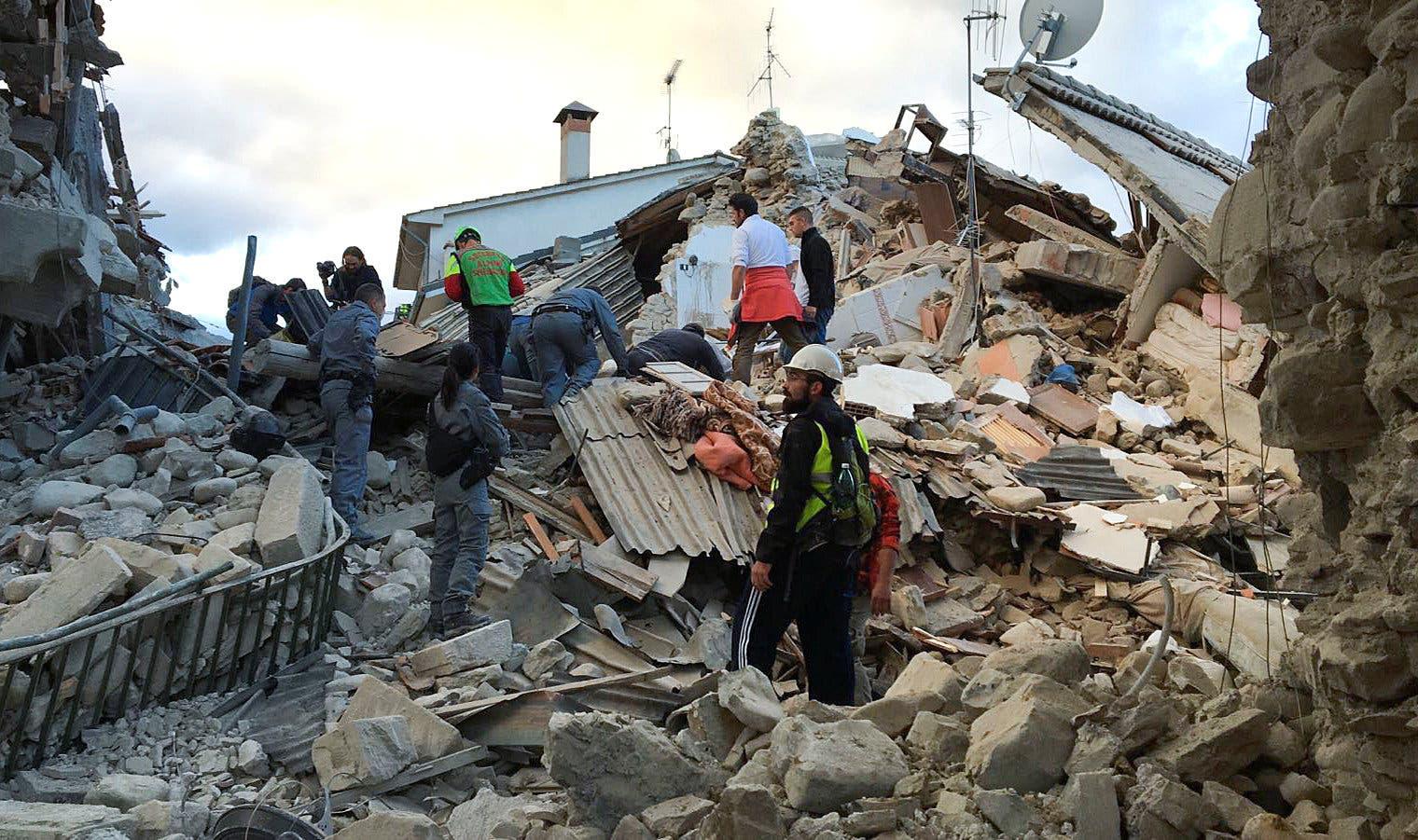 وقد خلف هذا الزلزال، ومركزة منطقة جبلية شمال شرق روما، حتى الآن 120 قتيلاً، بينما تتحدث وسائل إعلام إيطالية عن 100 مفقود، قد يكون أغلبهم عالقين بين ركام ...