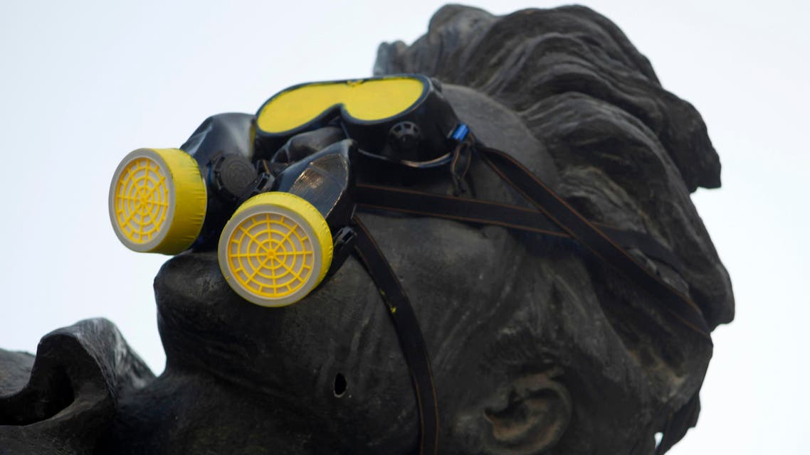 A gas mask is placed over a statue in Martyrs' Square during a demonstration marking a year since the chemical attack in Syria's eastern Ghouta, in downtown Beirut August 21, 2014. (Reuters)