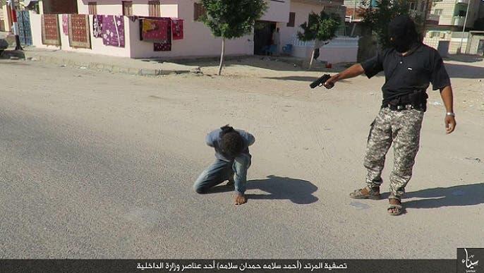 صورة ثانية لإعدام حمدان بالمسدس، بعد أن اتهمته ولاية سيناء بالردة