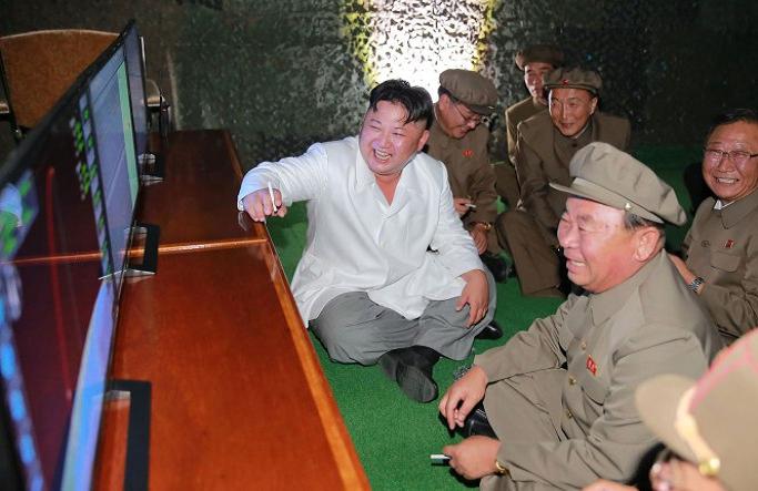 وجلس كيم على الأرض، ومن حوله مساعدوه العسكريون، ليرى من جديد عملية الاطلاق