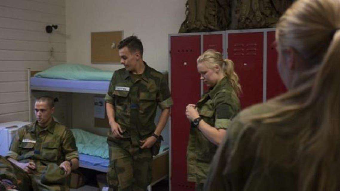 وتنام المجندات قرب الجنود في غرف مشتركة بالثكنات، أو المعسكرات