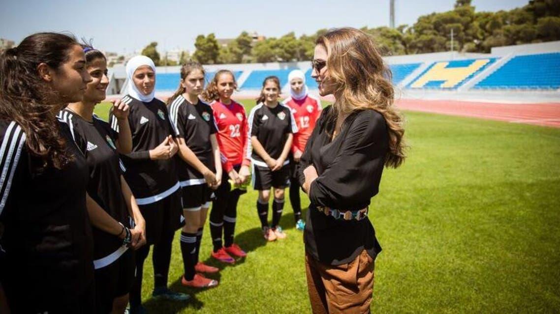 الملكة رانيا تتابع تدريب منتخب الأردن للسيدات تحت الـ17