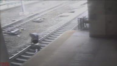 بالفيديو.. رجل ينقذ آخر من دهس قطار في آخر لحظة