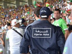 صورة شرطي بملعب في العاصمة