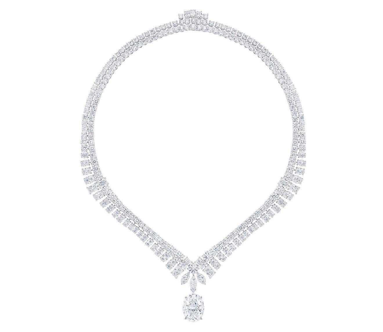 عقد مرصّع بحبات من الماس بمختلف الأشكال والأحجام من دي بيرز