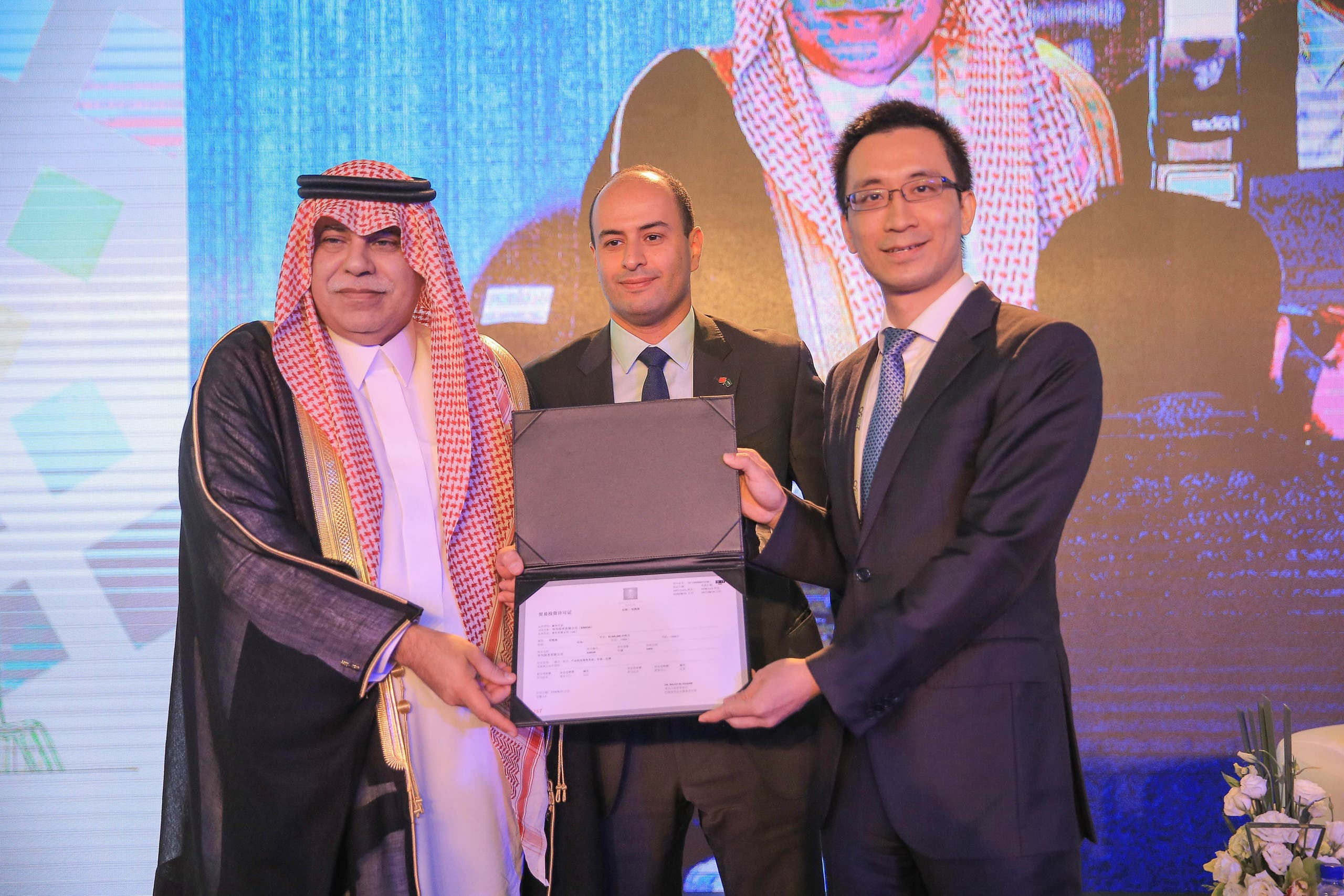 Saudi Arabia's minister of commerce and investment, Dr. Majid Al-Qasabi, handed over the license as part of the activities of a forum organized by Aramco in Beijing to introduce the country's Vision 2030. (Photo courtesy: Huawei)