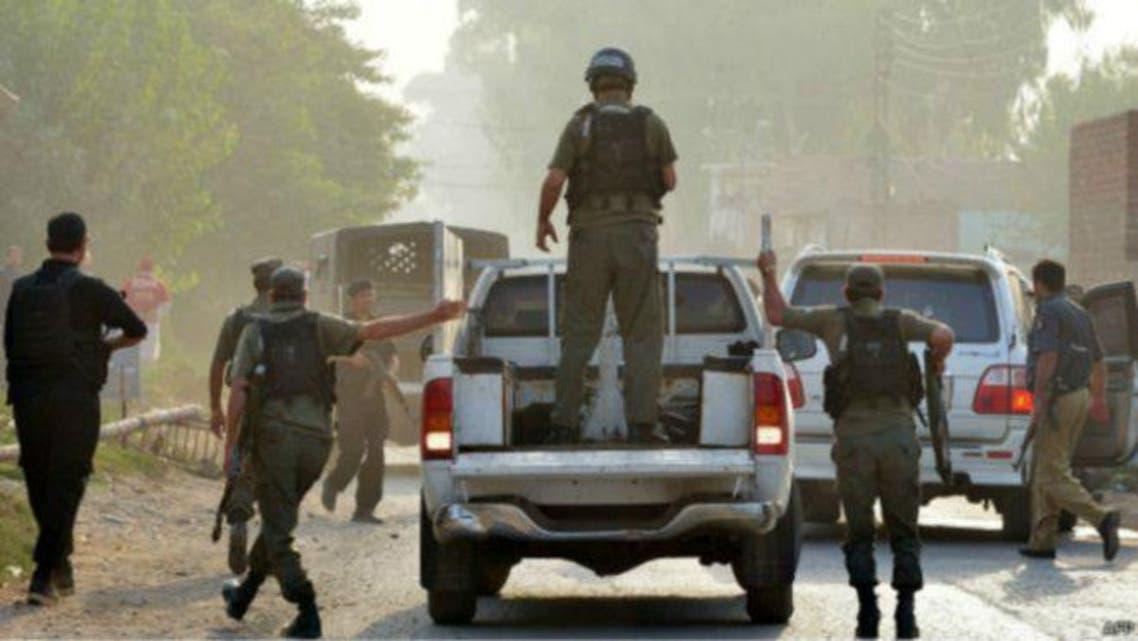 ورسک روڈ پر مسیحی کالونی پر حملے کے بعد پاکستانی فوج کے جوان پوزیشن سنبھال رہے ہیں۔
