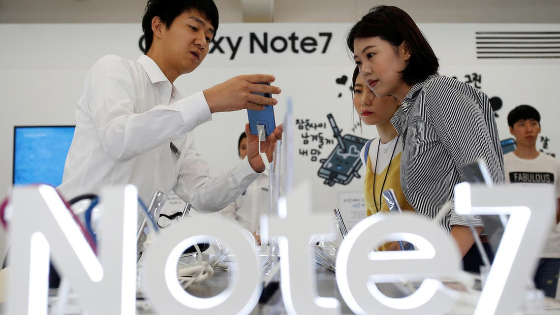 An employee helps customers purchase a Samsung Electronics' Galaxy Note 7 new smartphone at its store in Seoul, South Korea, September 2, 2016 (Reuters)