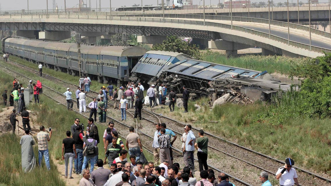 Egyptians check the wreckage of a train after it derailed near the village of Al-Ayyat in Giza on the southern outskirts of the capital Cairo, on September 7, 2016. (AFP)