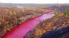 بالصور.. نهر روسي يتحول إلى لون الدم