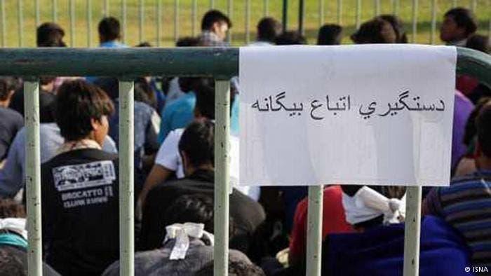 المعتقلون الأجانب داخل قفص حديدي