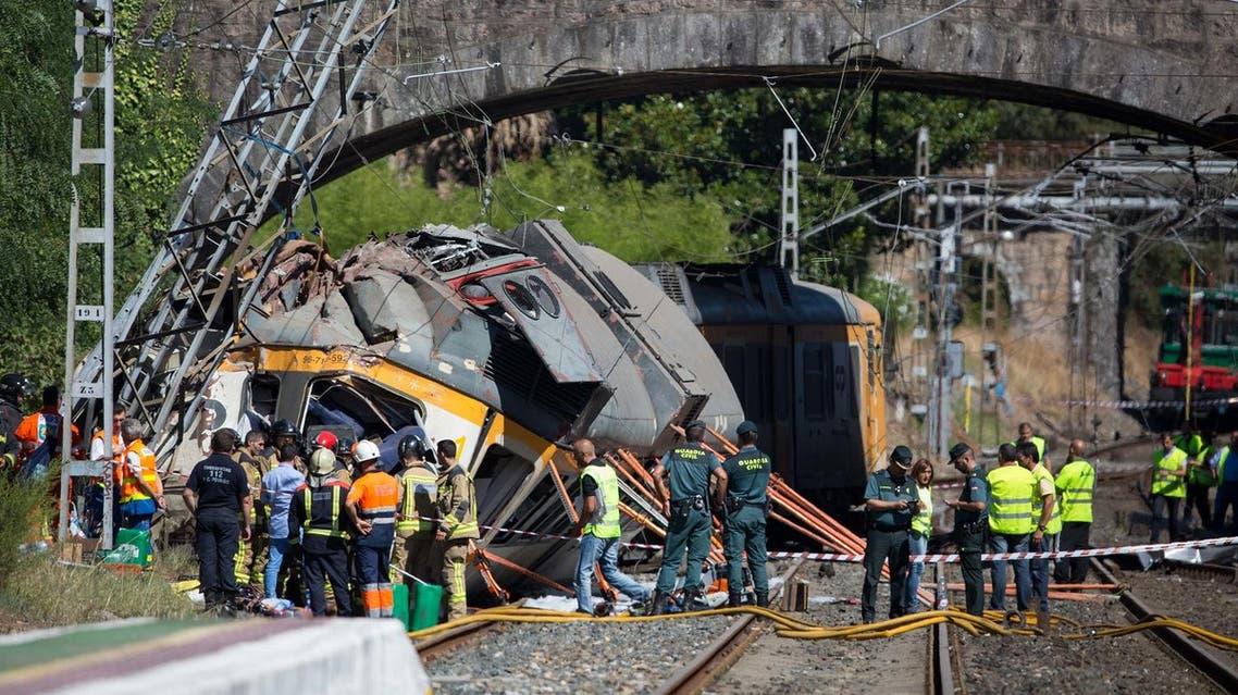 Emergency personnel attend the scene after a passenger train traveling from Vigo to Porto, in neighboring Portugal, derailed in O Porrino, in Spain's northwestern Galicia region, killing and injuring people, authorities said Friday Sept. 9, 2016  (Photo: AP)