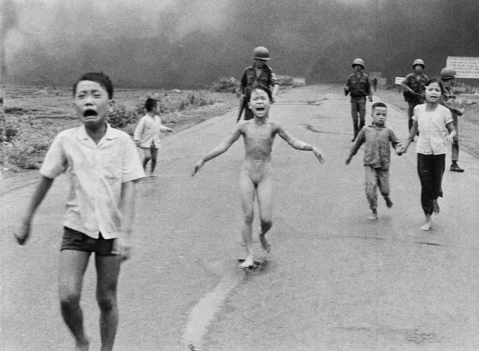 فتاة النابالم عام 72 في فيتنام بعدسة مصور الأسوشيتيد برس