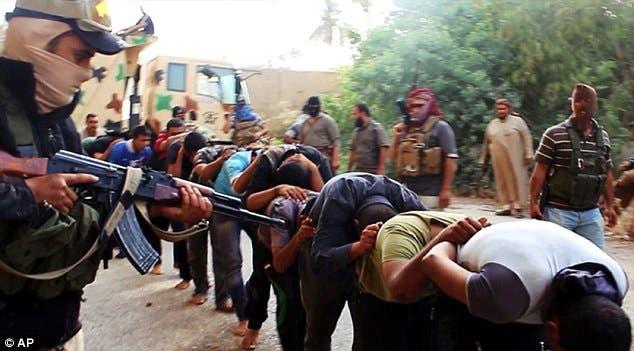 عناصر من التنظيم يجبرون المدنيين على الدخول إلى القفص قبل إغراقهم