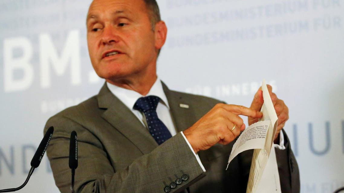 Austrian Interior Minister Wolfgang Sobotka holds a ballot paper as he addresses a news conference in Vienna, Austria, Sept. 12, 2016 (Photo: Reuters/Leonhard Foeger)