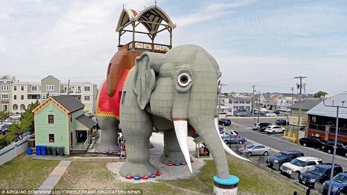 """مبنى """"لوسي"""" على شكل فيل عملاق بارتفاع 65 قدماً في نيو جيرسي، وقد تم بناؤه في 1881"""