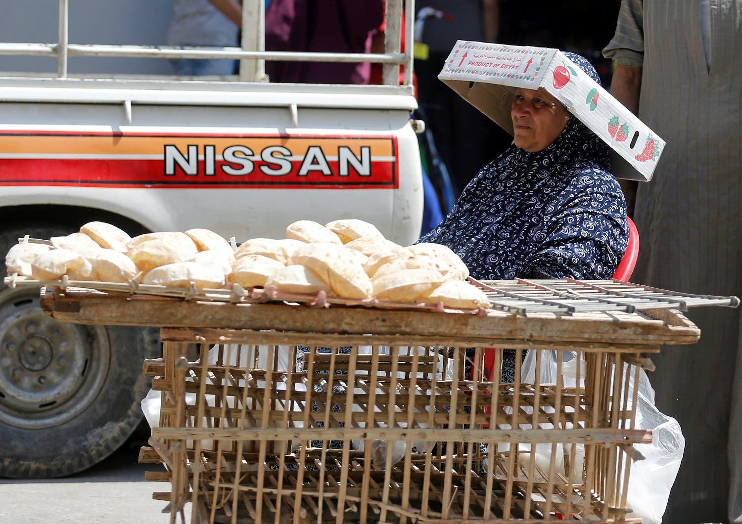 A street vendor sells bread at a street corner in central Cairo, Egypt May 25, 2016. (Reuters)