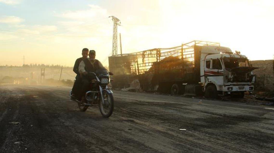 حافلة مساعدات مدمرة بعد غارة جوية غربي حلب الثلاثاء - رويترز
