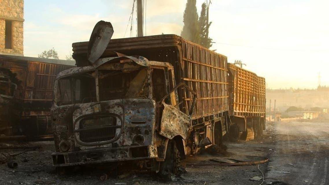 شاحنات مساعدات مدمرة بعد غارة جوية غربي حلب الثلاثاء - رويترز