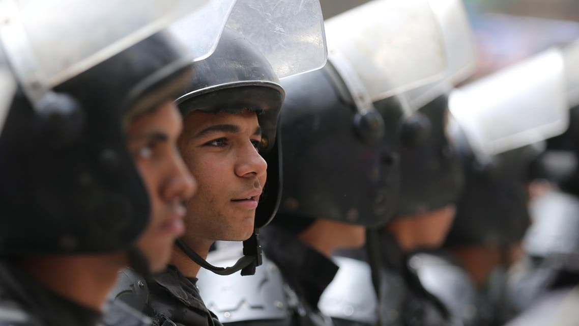 Riot police officers stand during a protest against restrictions on the press and to demand the release of detained journalists, in front of the Press Syndicate in Cairo, Egypt May 4, 2016. REUTERS/Staff